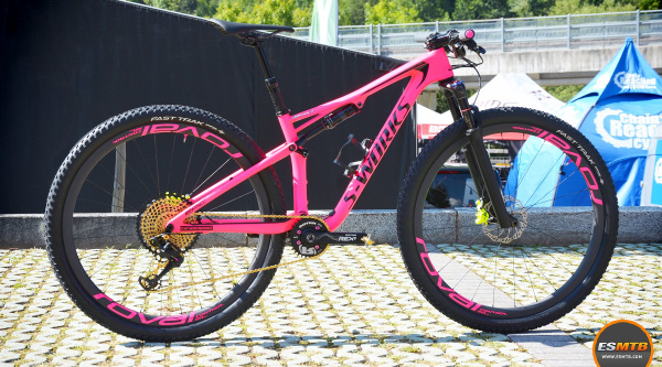Rosa para la Specialized S-Works Epic de Kate Courtney