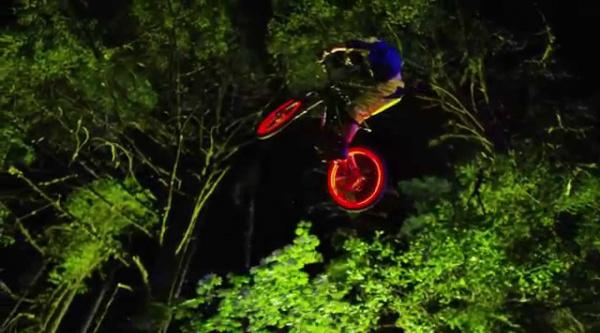 Darklight, un sensacional vídeo de MTB nocturno repleto de LEDs