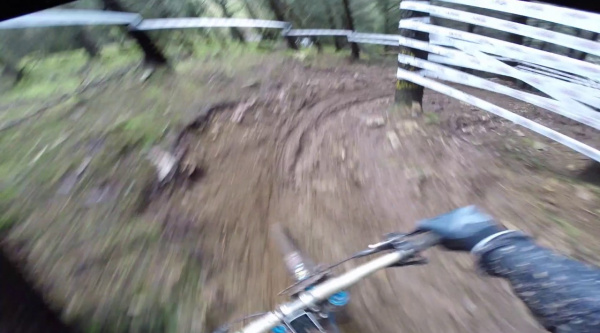 Danny Hart volando sobre el barro en la UK National Downhill Series