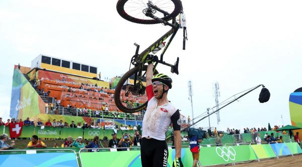 Nino Schurter celebrando su título olímpico