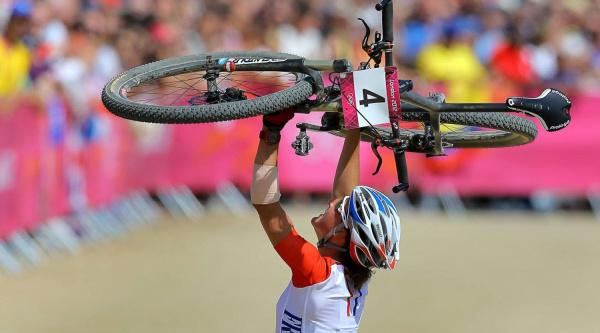 Julie Bresset celebrando su título olímpico