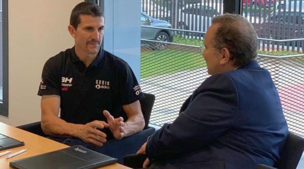 Carlos Coloma en la firma del acuerdo