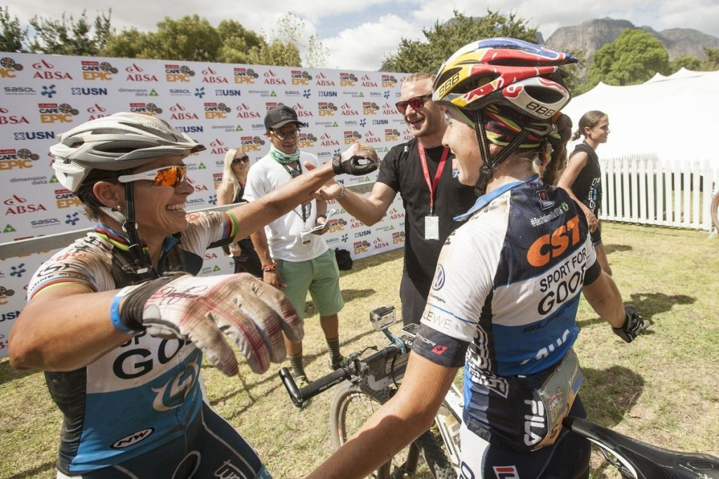 La alegría de Spitz y Belomoina. Un triunfo que se merecían. Foto Sam Clark/Cape Epic/SPORTZPICS