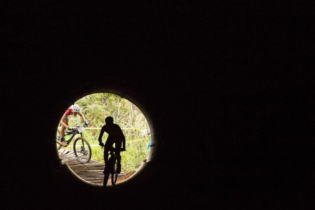 Para los que quieren acabar la carrera, ya hay luz al final del túnel. Foto Sam Clark/Cape Epic/SPORTZPICS