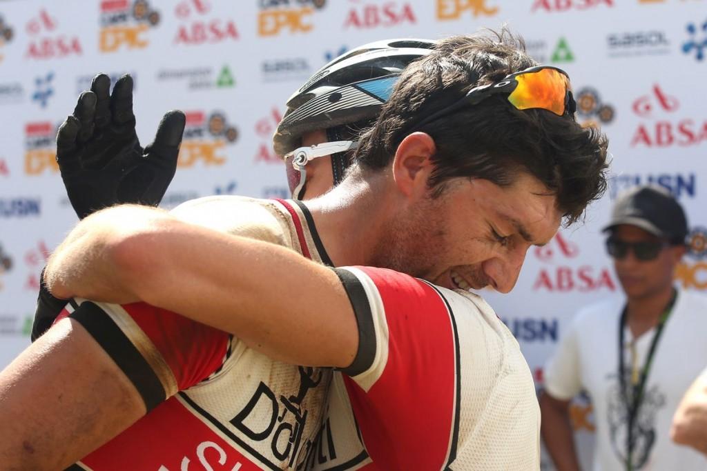 Tiago Ferreire y Periklis Ilias contentos tras lograr la 5a plaza en la etapa reina de la carrera. Foto Shaun Roy/Cape Epic/SPORTZPICS