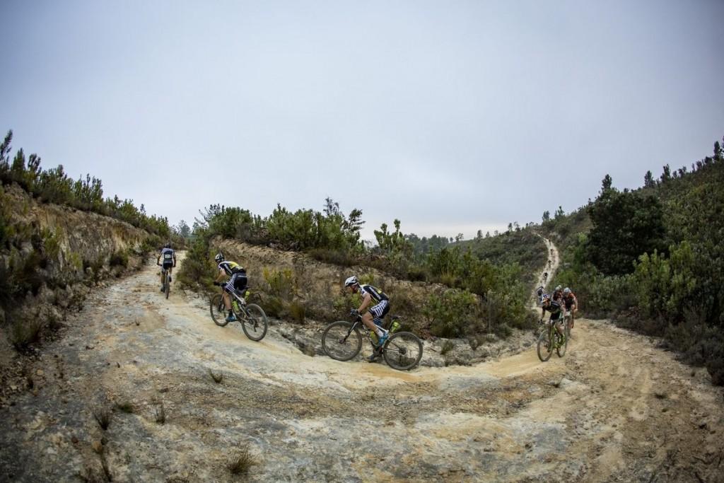 Momento de intentar romper la carrera. Foto Nick Muzik/Cape Epic/SPORTZPICS
