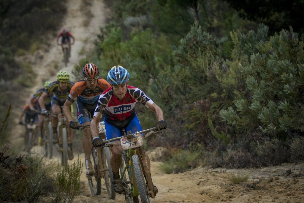 Darren Lill del Team USN Purefit, va líder de la competida clasificación de mejor equipo sudafricano. Foto Nick Muzik/Cape Epic/SPORTZPICS