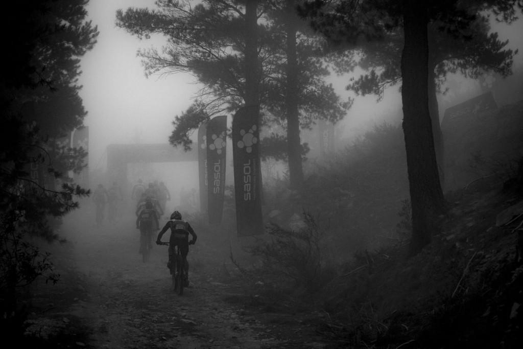 La niebla acompañando a los bikers en los puntos más altos del recorrido. Foto Nick Muzik/Cape Epic/SPORTZPICS