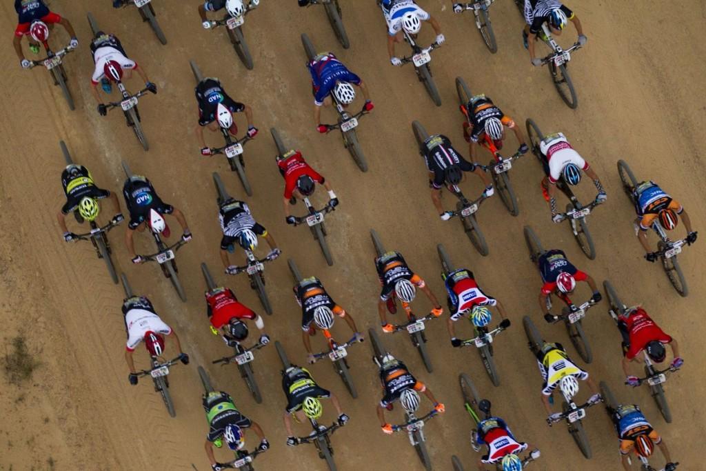 El grupo de cabeza en sus primeros momentos. Foto Gary Perkin/Cape Epic/SPORTZPICS