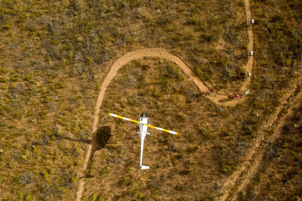 Helicópteros, signo de que estás en la Absa Cape Epic. Foto Gary Perkin/Cape Epic/SPORTZPICS