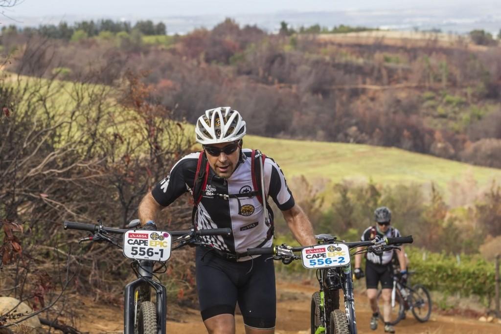 Si entre los equipos que compiten por los puntos UCI está el concepto de Outcast para los que se quedan sin pareja pero quieren completar el recorrido fuera de competición, entre los amateur el equivalente es llevar el dorsal azul. Foto Dominic Barnardt/Cape Epic/SPORTZPICS