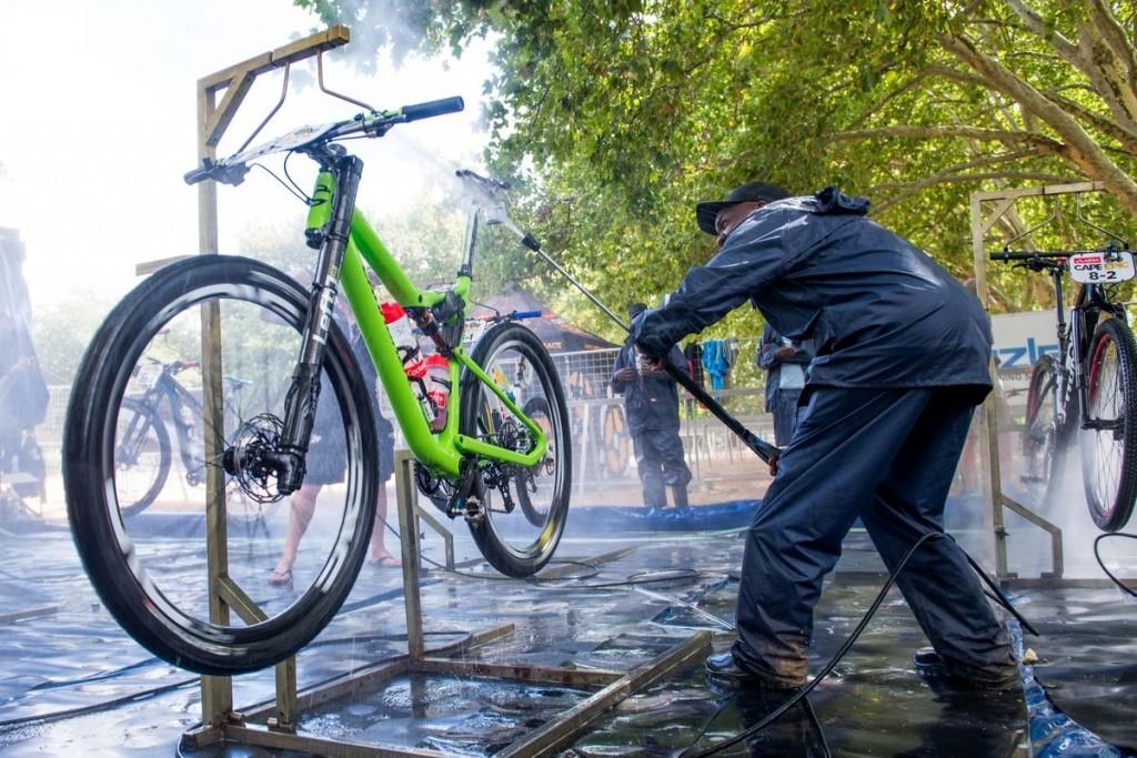 Cuando los bikers acaban empieza su trabajo. Un día entero limpiando bicicletas. Foto Emma Hill/Cape Epic/SPORTZPICS
