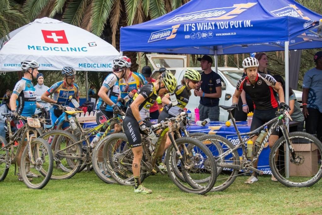 En acción en el cambio de bidones. Foto Emma Hill/Cape Epic/SPORTZPICS