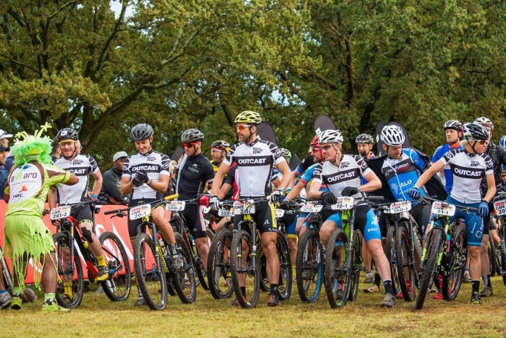 La salida relajada y separada de los Outcast riders, los bikers que se han quedado sin pareja y completan el recorrido por la satisfacción de hacer todas las etapas, aunque fuera de carrera. La Absa Cape Epic, que siempre es pionera en este apartado, los separó por completo de la carrera para evitar situaciones en las que pudiesen ayudar o molestar a los equipos que sí están compitiendo. Algo que todas las pruebas por etapas deberían hacer. Carreras individuales hay cientos. Foto Emma Hill/Cape Epic/SPORTZPICS