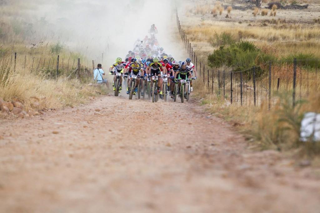 Empieza otra larga jornada sobre el sillín. De momento el tiempo está respetando a la carrera y el polvo es el protagonista. Foto Nick Muzik/Cape Epic/SPORTZPICS