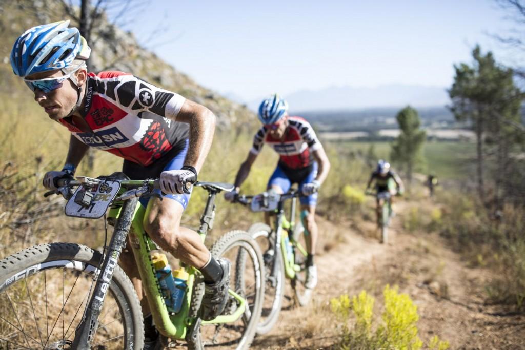 Darren Lill tirando en la que está siendo su mejor Absa Cape Epic. Van líderes del disputado maillot de primer equipo sudafricano, y cómodamente situados en el top-10 de la carrera. Foto Nick Muzik/Cape Epic/SPORTZPICS