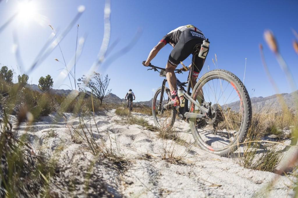 E imposible que alguna etapa no esté repleta de trampas de arena. Foto Dominic Barnardt/Cape Epic/SPORTZPICS