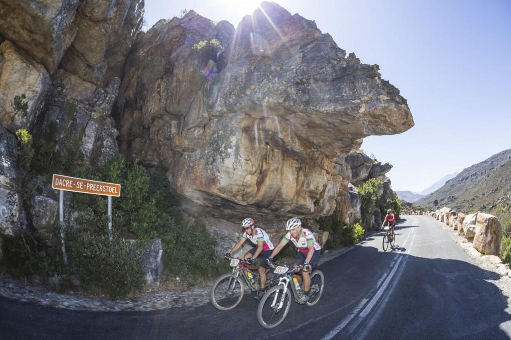 Mientras, los bikers amateurs siguen peleando por su particular sueño de acabar la carrera. Foto Dominic Barnardt/Cape Epic/SPORTZPICS