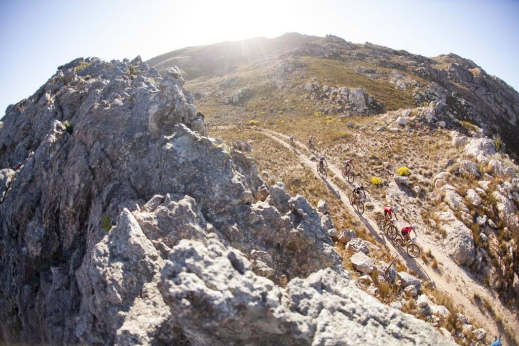 Otro día de sol, piedras y polvo en la prueba reina de las competiciones por etapas. Foto Gary Perkin/Cape Epic/SPORTZPICS