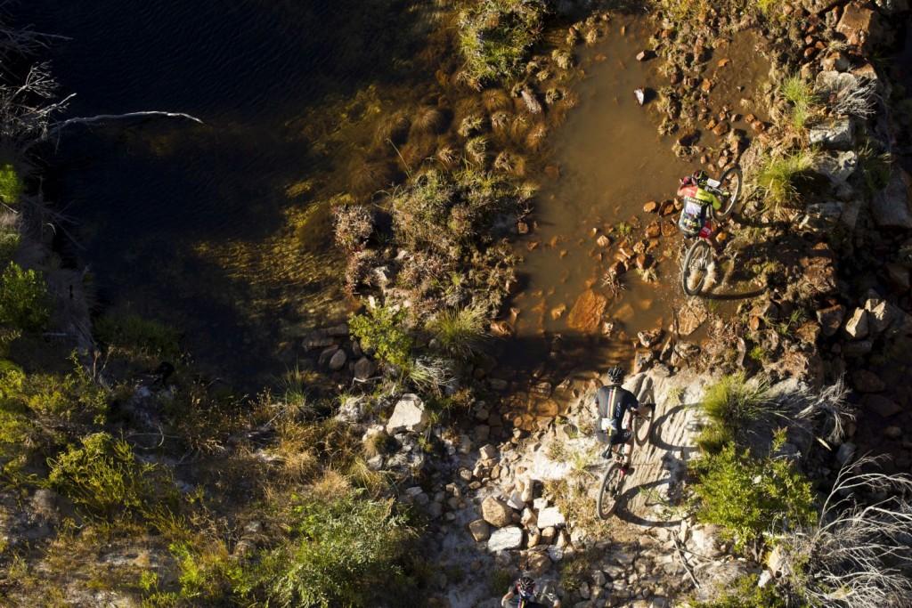 Siempre se agradece un poco de agua. La 1a etapa fue la más cálida de todas, pero por ahora las temperaturas tampoco han bajado excesivamente. Foto Gary Perkin/Cape Epic/SPORTZPICS