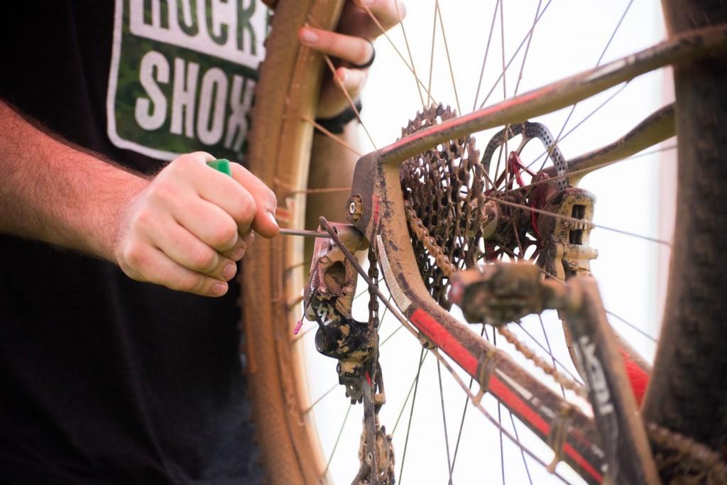 Las zonas técnicas del recorrido son un hervidero de bikers. En pocas pruebas la mecánica sufre tanto como aquí. Foto Emma Hill/Cape Epic/SPORTZPICS
