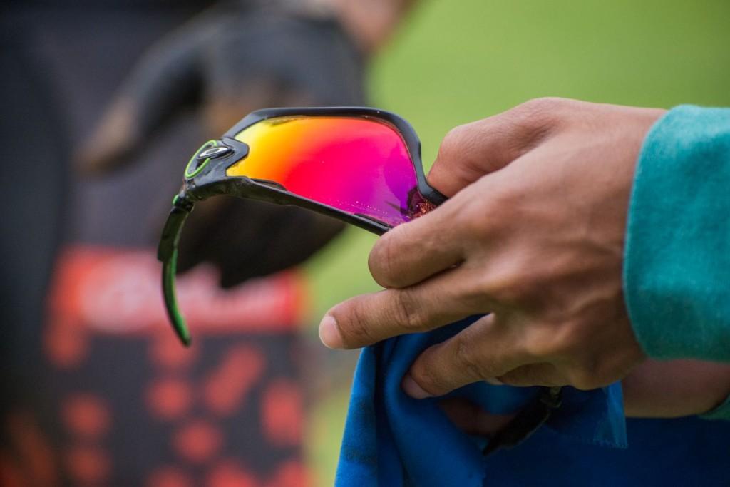 Oakley tiene un servicio de limpieza de gafas con un líquido especial en mitad de las etapas. Muy al estilo Oakley. Foto Emma Hill/Cape Epic/SPORTZPICS