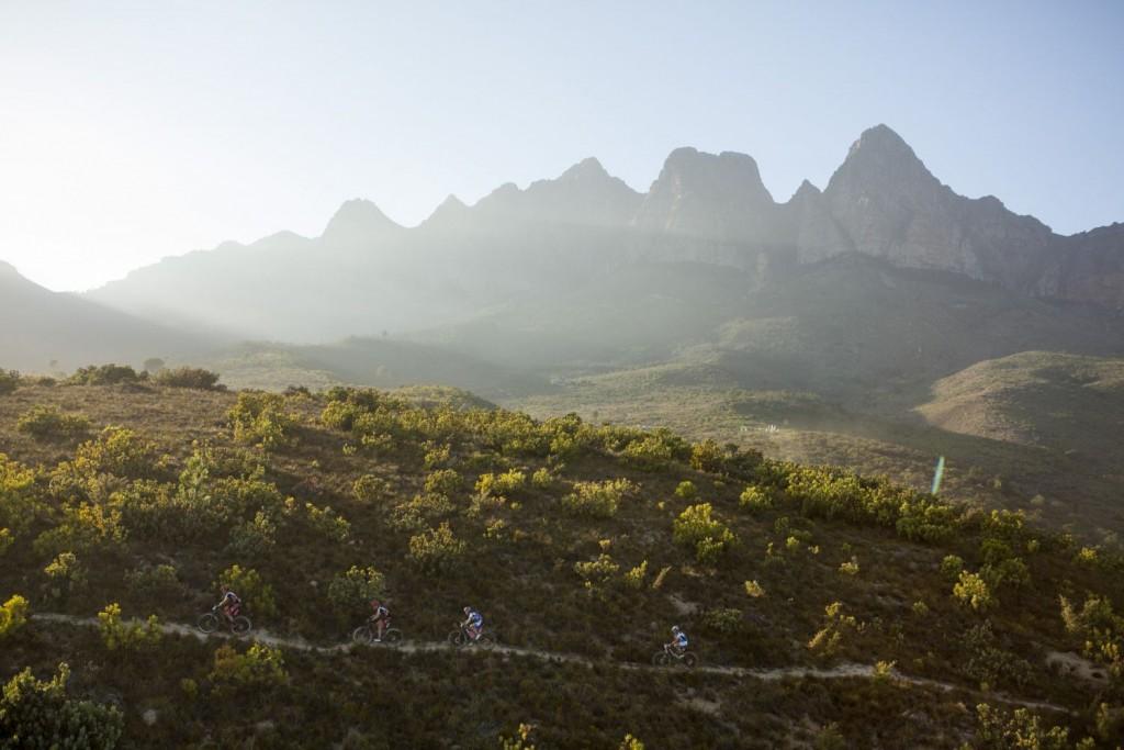 Annika Langvad y Ariane Kleinhans han tenido su particular batalla con Belomonia y Spitz, que siguen buscando un triunfo de etapa. Foto Gary Perkin/Cape Epic/SPORTZPICS