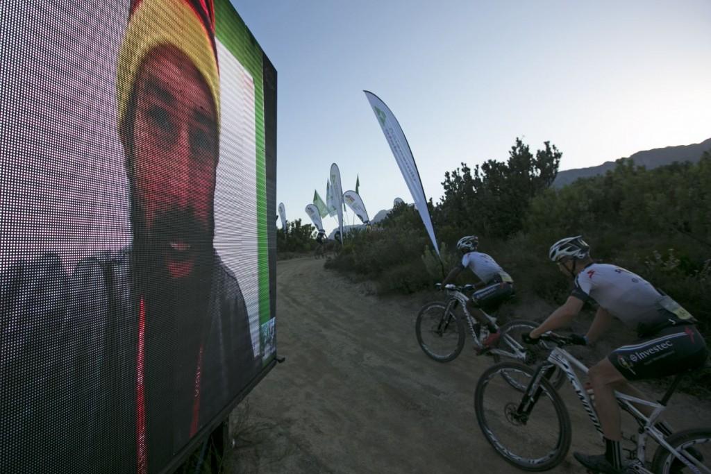 Siphosenkosi Madolo y Christoph Sauser llegando al DiData Point, donde los bikers pueden recargar pilas con mensajes de ánimo. Foto Mark Sampson/Cape Epic/SPORTZPICS