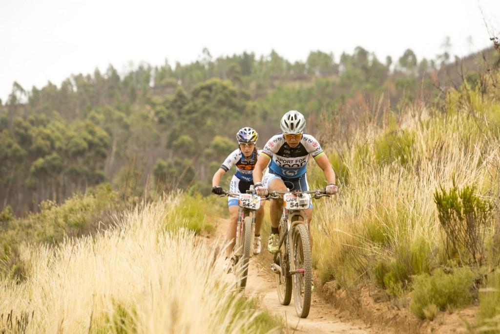 La biker más corpulenta de cabeza de carrera junto a la más delgada. La extraña pareja que son Spitz y Belomonia. Foto Sam Clark/Cape Epic/SPORTZPICS
