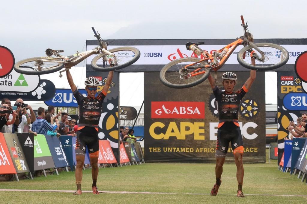 Los triunfadores del día han sido Samuele Porro y Damiano Ferraro. Están compitiendo de forma excepcional. Foto Shaun Roy/Cape Epic/SPORTZPICS