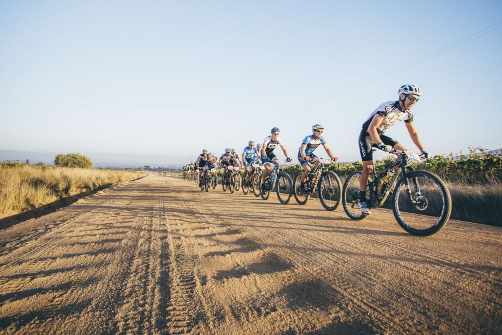 Hay muchos senderos, pero también largos tramos de pista. Donde el principal rival, además del viento, suelen ser esas ondulaciones. Foto Ewald Sadie/Cape Epic/SPORTZPICS