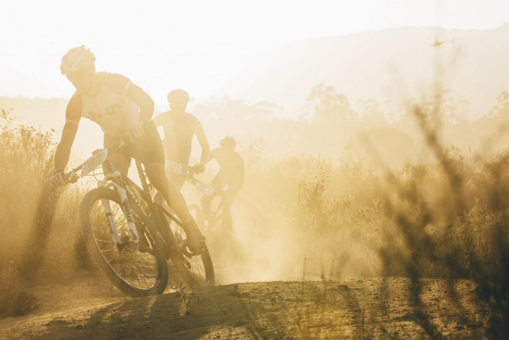 Eso sí, por muy corta que sea la etapa, el madrugón típico de la Absa Cape Epic no se lo han quitado. Foto Ewald Sadie/Cape Epic/SPORTZPICS