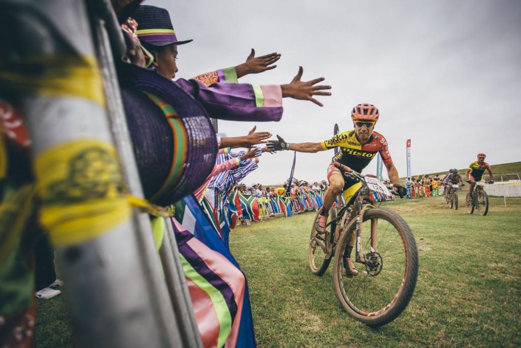 Los bikers empiezan a oler la medalla de finishers. Pero aún quedan días importantes por delante. Foto Ewald Sadie/Cape Epic/SPORTZPICS