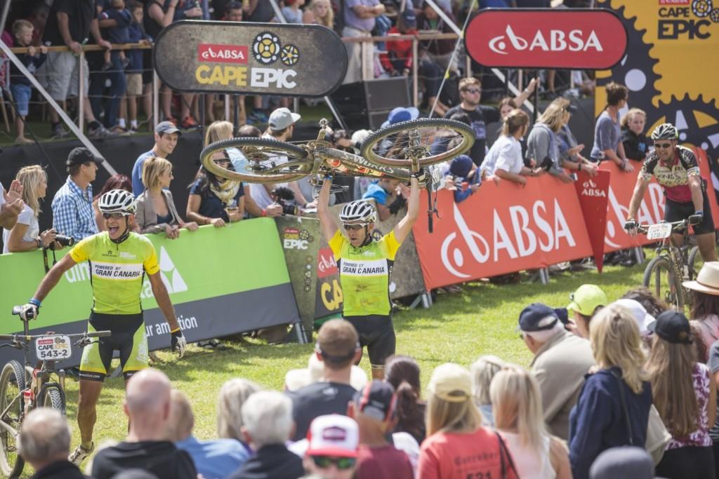 Roberto Gonzalez Romero y Jose Santana Dominguez reflejan la alegría de la mayoría. De los finishers amateurs. Foto Dominic Barnardt/Cape Epic/SPORTZPICS