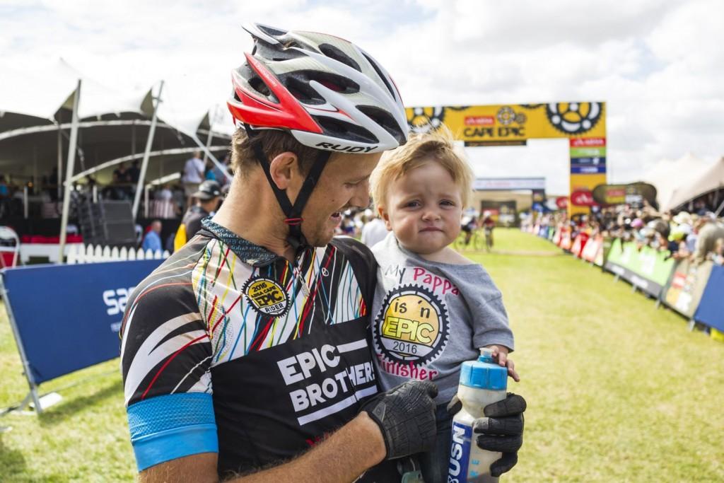 La llegada a meta, momento de reencuentros tras una semana de entrega a la carrera. Foto Dominic Barnardt/Cape Epic/SPORTZPICS