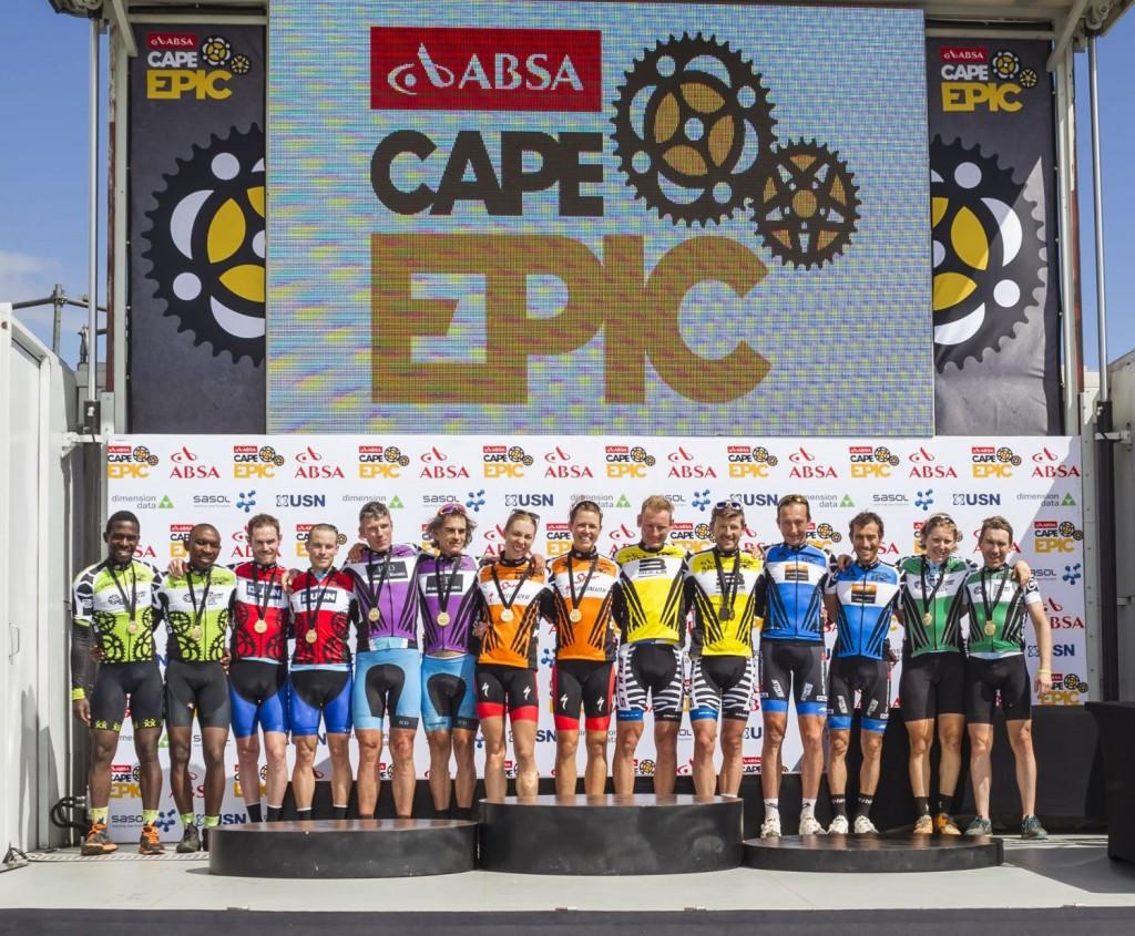 Todos los ganadores de la carrera en las diferentes categorías. Foto Dominic Barnardt/Cape Epic/SPORTZPICS