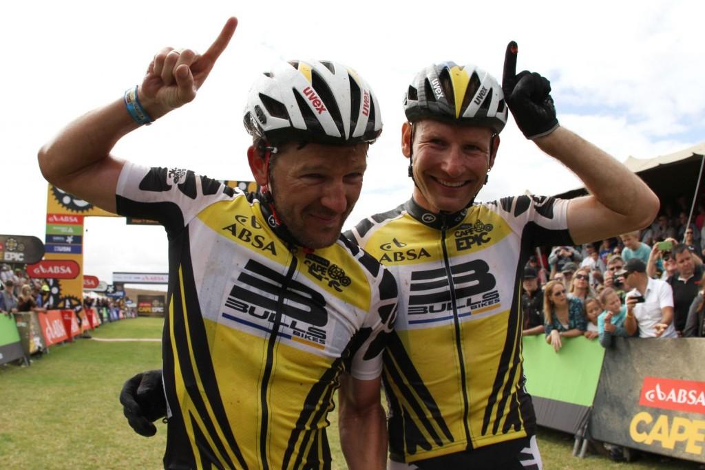 Un gesto que ya es parte de la Absa Cape Epic. La carrera que ha dado a conocer a nivel mundial a la marca de bicicletas Bulls. Foto Shaun Roy/Cape Epic/SPORTZPICS