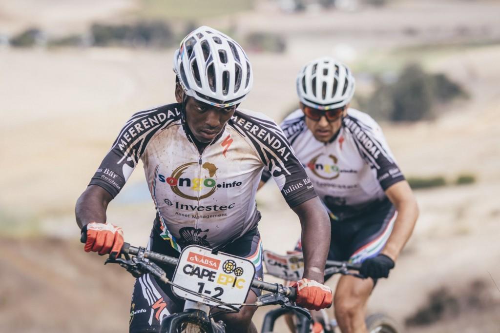 Sipho Madolo logró su objetivo escoltado por Sauser. Foto Ewald Sadie/Cape Epic/SPORTZPICS