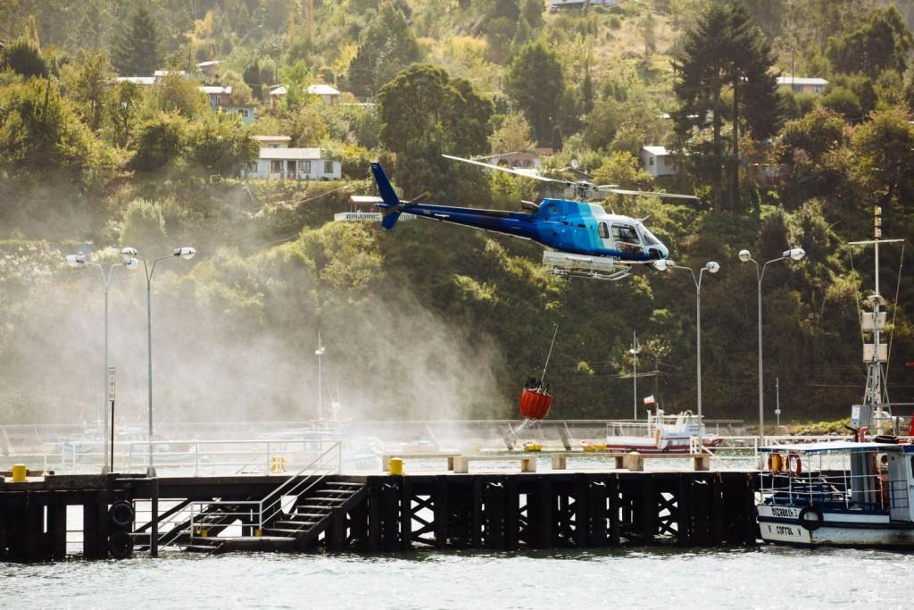 Los bikers han compartido espacio con los helicópteros que trabajaban en la zona para apagar un incendio cercano. Foto Duncan Philpott