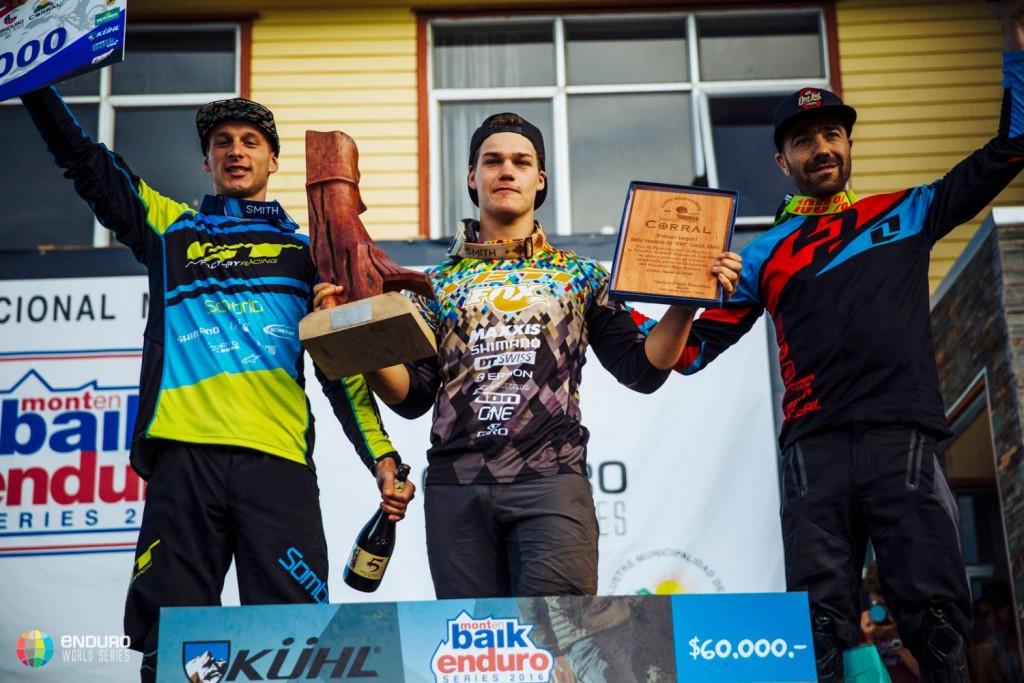 Los 3 mejores riders masculinos. Toni Ferreiro acabó en una meritoria 12ª plaza.  Foto Duncan Philpott
