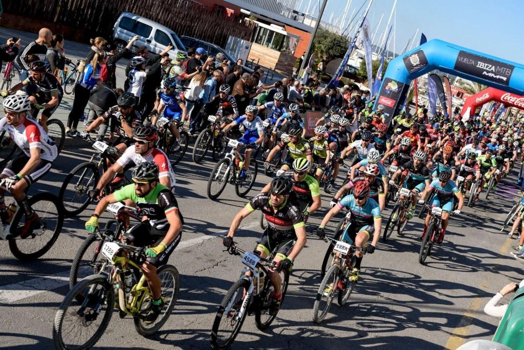 Salida a los cientos de bikers que iban a rodar en la etapa más larga de la carrera. Foto Jon Izeta