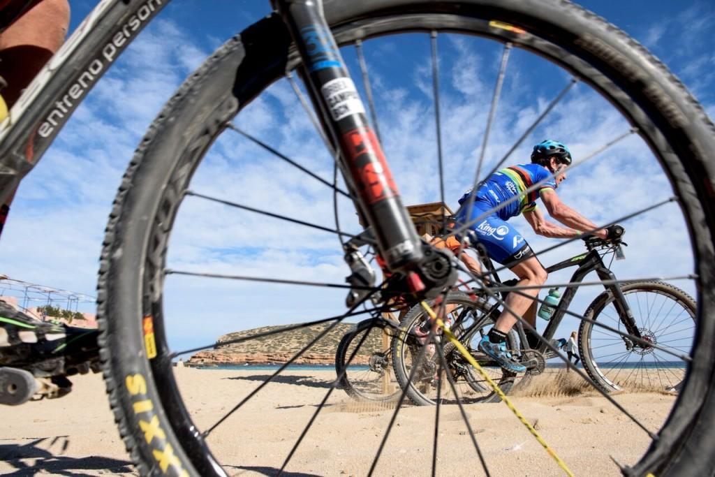 Mar y arena, surcados por los bikers de esta exitosa edición de la carrera. Foto Jon Izeta