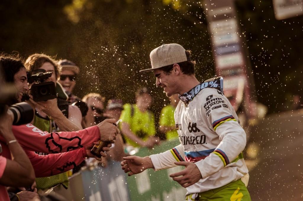 Josh Bryceland felicitando a Bruni. El francés ya es uno de los bikers más queridos del circo del DH. Foto Bartek Wolinski/Red Bull