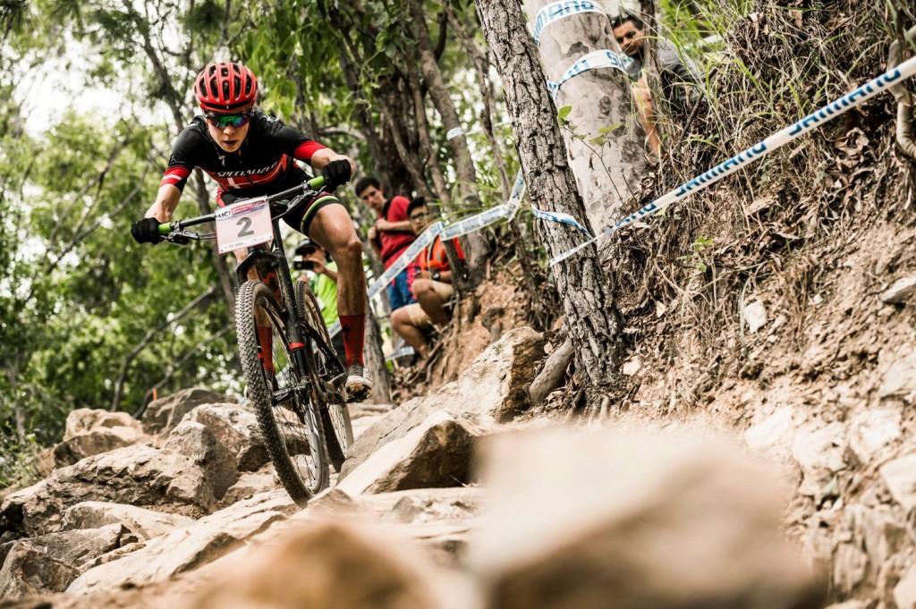 Annika Langvad en uno de los tramos más complicados del recorrido. A ver de qué es capaz contra las rivales que han faltado en Cairns. Foto Bartek Wolinski/Red Bull