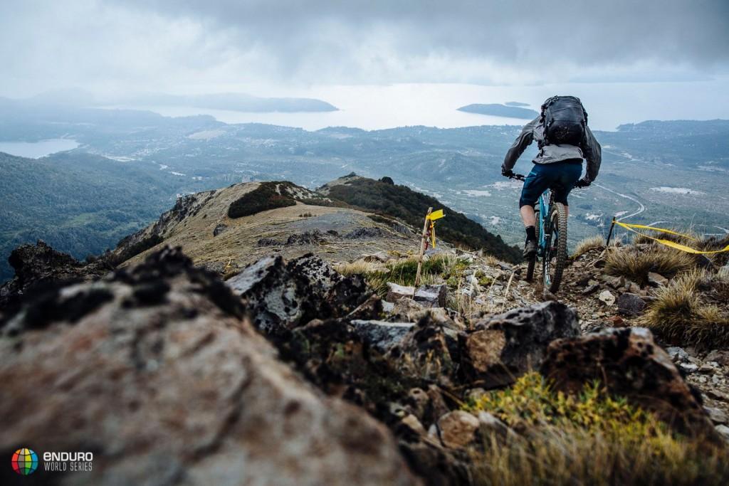Inspeccionar los recorridos no es fácil, ni para bikers ni para fotógrafos con todo su equipo. Foto Duncan Philpott