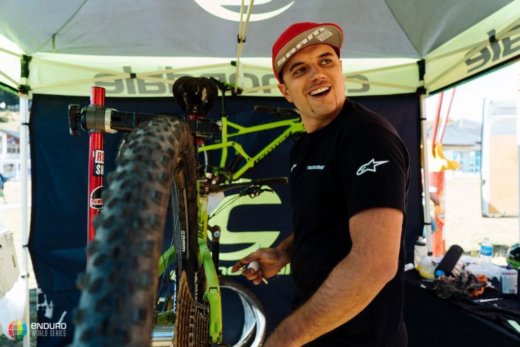 El mecánico de Jerome Clementz trabajando. Son parte muy importante de los equipos de competición. Foto Duncan Philpott