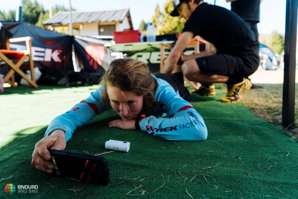 Casey Brown, momento de recordar las etapas con las grabaciones que todos los riders suelen hacer en los entrenamientos. Foto Duncan Philpott