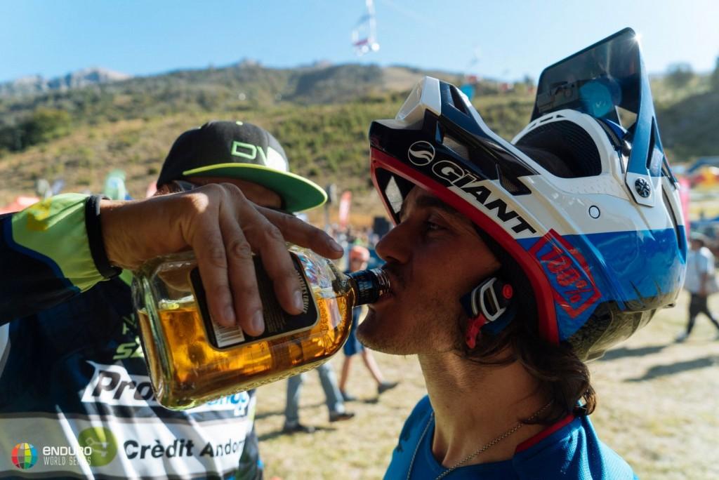 """Importante la hidratación. Cedric Gracia como """"hidratador"""" oficial. Foto Duncan Philpott"""