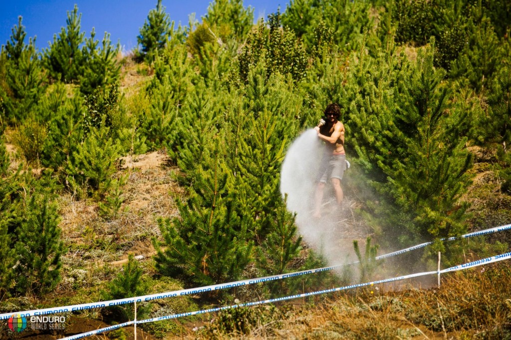 La organización haciendo todo lo que podía para conservar el recorrido y mantener controlado el polvo. Foto Duncan Philpott
