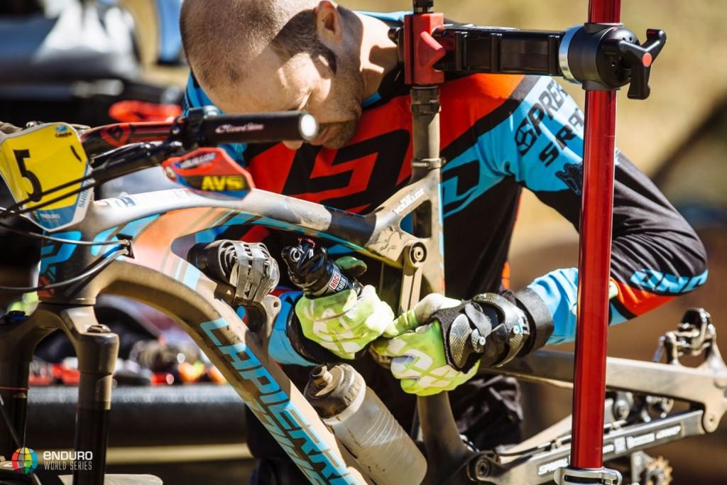 Nicolas Vouilloz trabajando en su propia bicicleta. Sería 11o finalmente. Foto Duncan Philpott